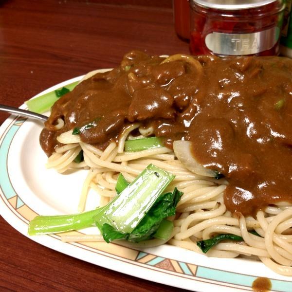 懐かしい炒めスパゲッティにカレーをオン!