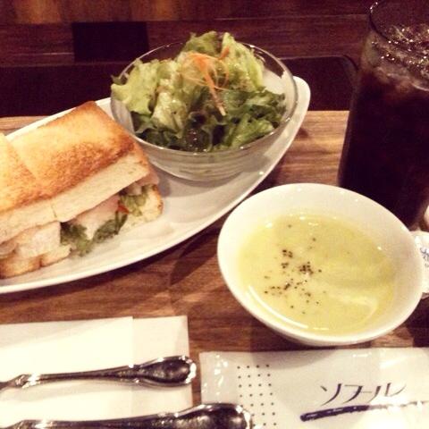 ハンドドリップのコーヒーとボリュームたっぷりのサンドイッチ「ミッツコーヒースタンド」