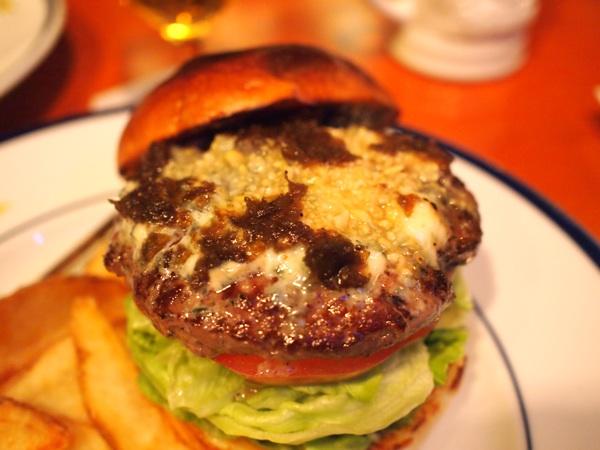 背が高くて肉汁たっぷりのハンバーガーで人気「ザ・コーナーハンバーガー&サルーン」