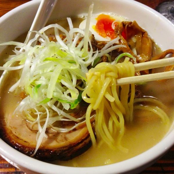 強烈な鰹風味が広がるスープ「中華ソバ 櫻坂」