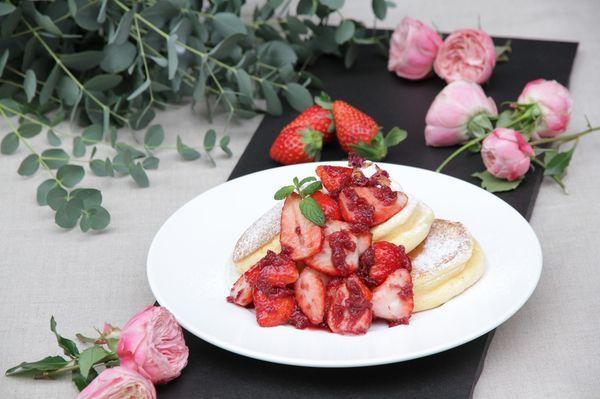 期間限定スペシャルメニュー『薔薇と国産いちごのパンケーキ』1,880円(セットドリンク付・税込)