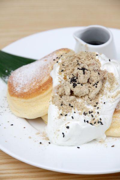 『黒胡麻ときな粉クルミのパンケーキ』1,350円(税込)