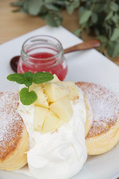 『国産りんご紅の夢とギリシャヨーグルトソースの、りんごパンケーキ』1,380円(税込)