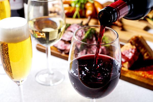 東京スカイツリーを間近に見上げながら、極上の肉とワインで乾杯を