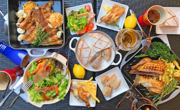 今年はル・クルーゼとコラボ!鍋で焼き上げた限定燻製パンが味わえる本格ビアガーデン