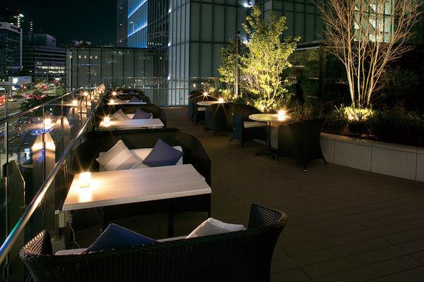 夏の夜、開放的なテラス席で楽しむニューヨークスタイルのパーティーを