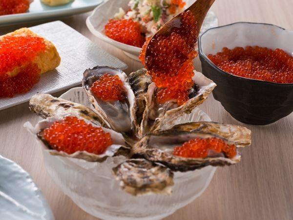 生牡蠣にいくらをトッピングする「痛風スタイル」