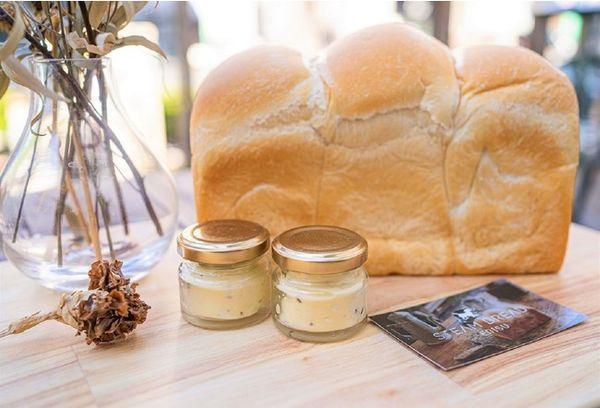 バチが当たりそうなほどパンが高級な素材を纏う、トリュフバターを堪能セット(税別3,200円)