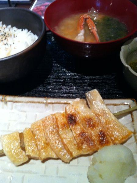 はまじまこちらは伊勢志摩の浜島町からのお魚料理です海鮮丼やこれにイクラがたっぷりの爆弾丼もあります今日は焼魚が食べたくてハラスに駆使刺しのハラスは囲炉裏でゆっくり焼き上げ、味噌汁はワタリガニ入り