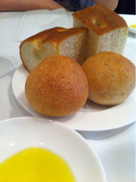 リストランテ・ヒロ OSAKA  ブリーゼブリーゼのランチ☆1500円でパン、パスタ、デザート。プチパンとオリーブのフォカッチャが美味しかった☆