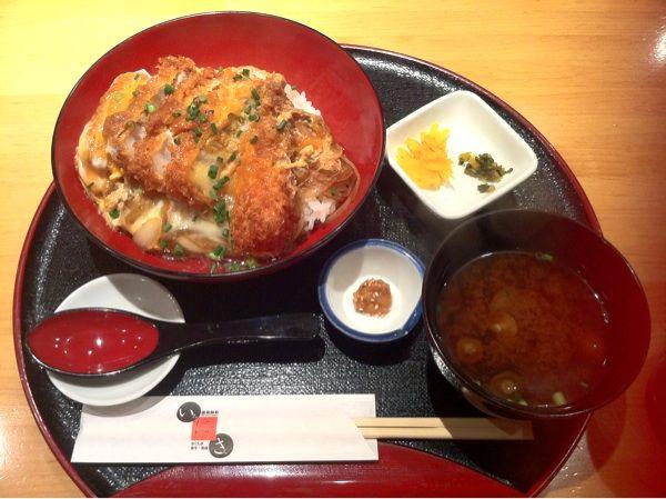 遊食菜彩いちにいさん 汐留店の黒豚バラかつ丼セット920円。美味し~い(*^_^*)油が多いのが苦手な人もいるかもだけど、私には、ジューシーで衣はカリカリサクサクで卵も食べれて、とても満足です。